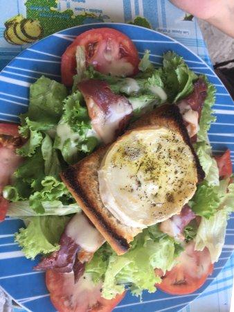 Chez Henri : Poulet grillé et salade du berger vraiment top au bord de la plage des Salines : que du bonheur