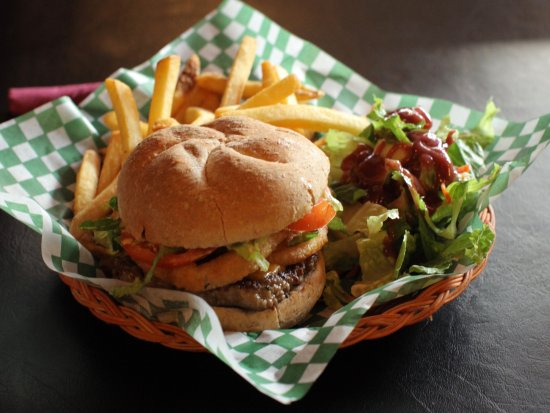 Powell River, Canadá: Cheddar Burger with Onion Ring, side of fries and house salad