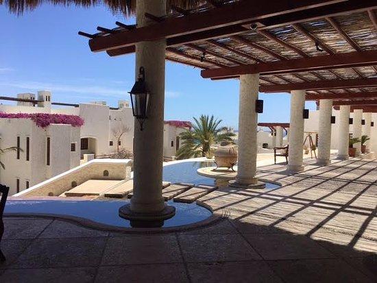 Las Ventanas al Paraiso, A Rosewood Resort: One of the beautiful walk ways