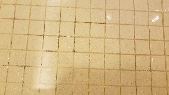 Atlantis - Harborside Resort: Shwoe floor AFTER cleaners left