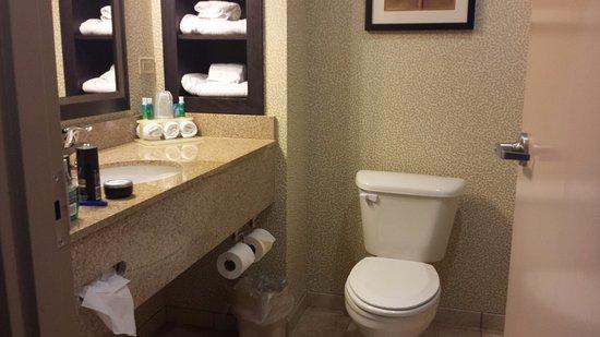 Cleburne, TX: clean bathroom