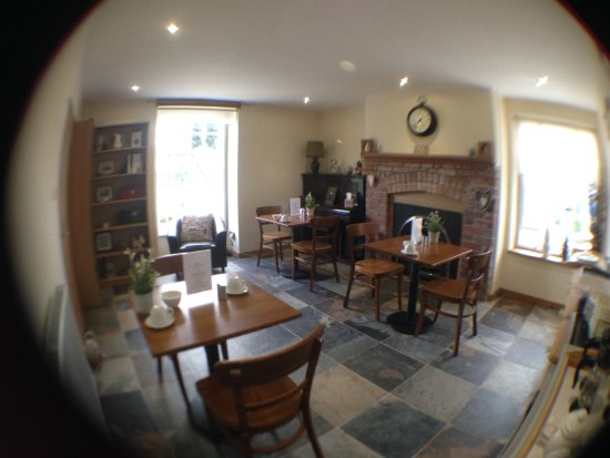 Abergavenny, UK: Breakfast room with original Arched Red Brick Fireplace