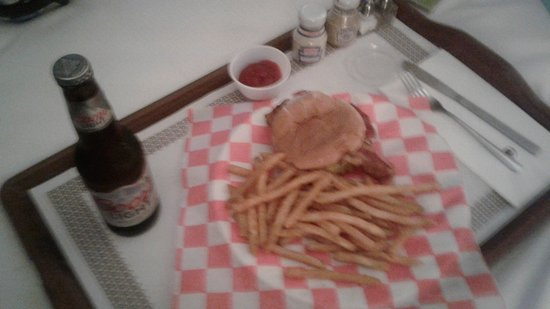 Doubletree Hotel San Diego Downtown: room service, burger and fries... I was hungry and they were good...