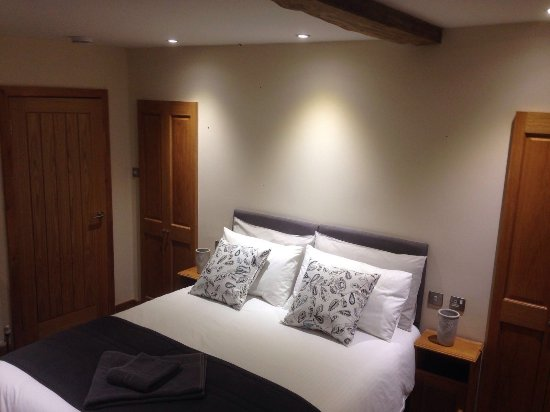 Abergavenny, UK: Spacious room en-suite shower room c/w flat TV Satelite channels & tea/coffee facilities