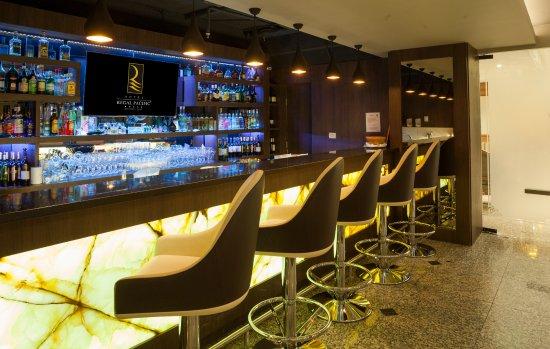 Regal Pacific Hotel: Bar La Fattoria