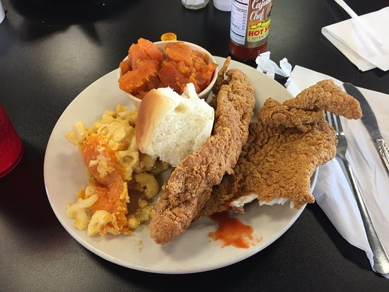 Florissant, Μιζούρι: Fried fish. yams, mac 'n cheese