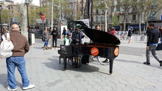 Passeig de Gràcia: Grand Pianos