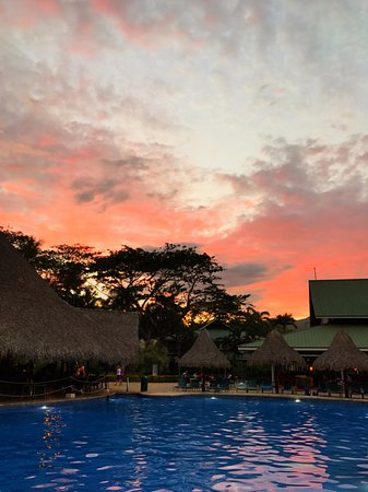 Tambor, Costa Rica: Sunset sky above pool