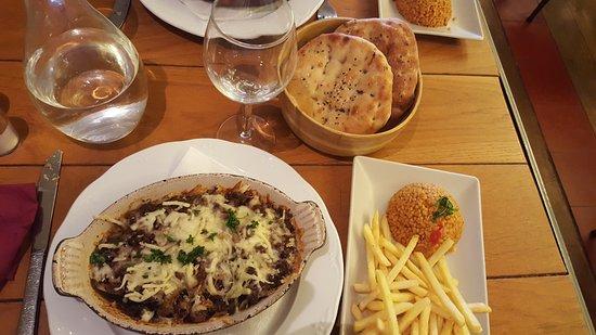 Oz Grill : Plat à base d'aubergines, servi avec frites et blé