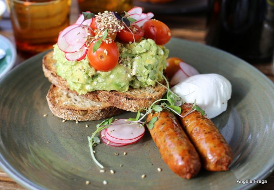Caulfield, Australia: Smashed avo with a side of eggs and sausage
