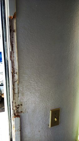 Motel 6 Apache Junction: Door jamb of the exterior door leading from our room