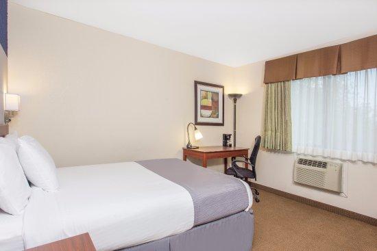 Baymont Inn & Suites Dubuque: One Queen Bed