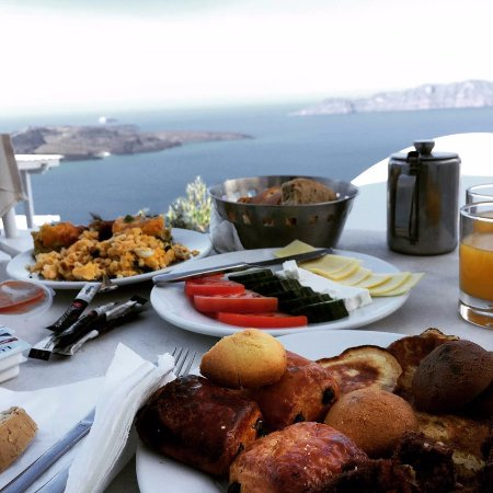 Dana Villas Hotel & Suites: Breakfast in balcony with breath taking view and delicious food