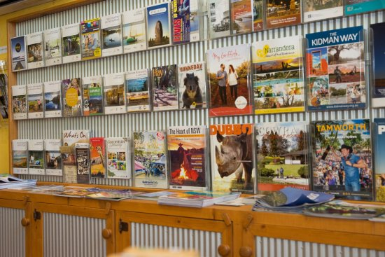 Deniliquin, أستراليا: Plenty of tourism brochures are available at the Deni Visitor Info Centre