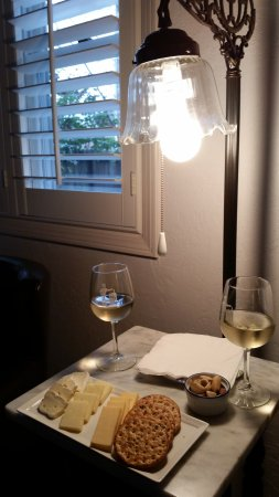 Beazley House: Wine in our carriage house room