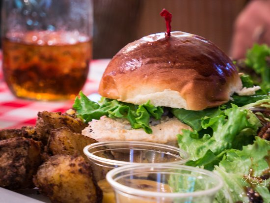 Paauilo, Hawaï: Chicken sandwich with spicy potatoes and a small salad with candied pecans.
