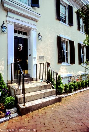 The Annapolis Inn Front Entrance