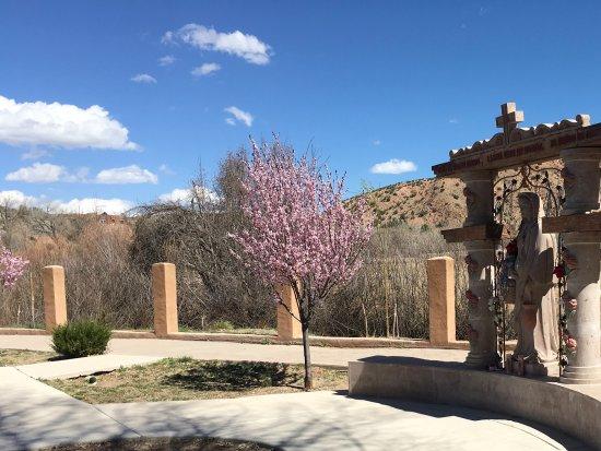 Ranchos De Taos, Nouveau-Mexique : Prayerful monument at Chimayo