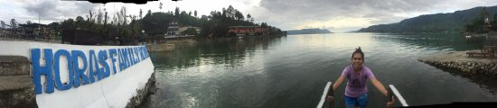 Horas Family Home: Enjoying lake toba view, what a quiet and natural place. I love it