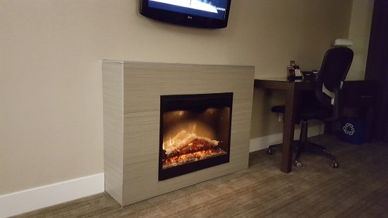 Sandman Hotel & Suites Abbotsford : Fireplace in living room
