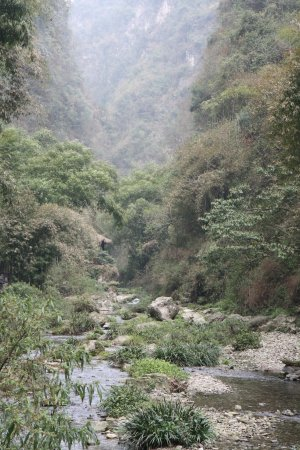Yichang, Cina: Stream and Valley