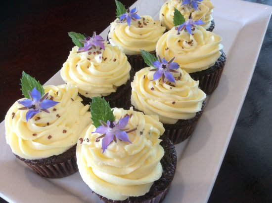 Richmond, New Zealand: Delicious chocolate cupcakes with borage flowers 🌺