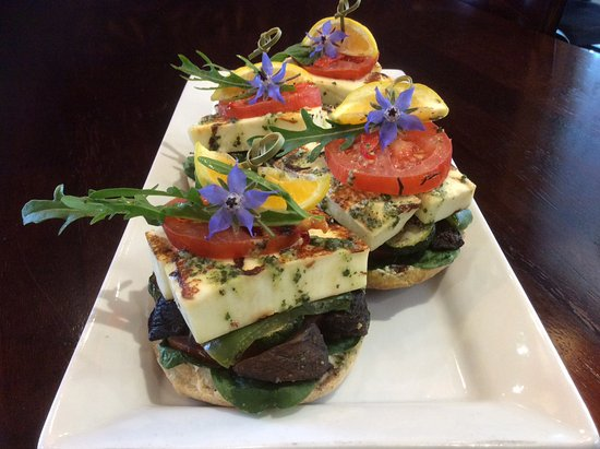 Richmond, Yeni Zelanda: Haloumi cheese, roasted capsicum, mushroom  bagels with borage flowers & rocket
