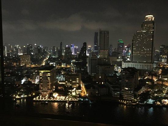 The Peninsula Bangkok: Fantastisk hotel. Sublim service og en helt fantastisk udsigt over Bangkoks skyline. Et besøg væ