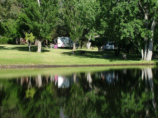 Pomonal, Australia: Looking acoss the little lake at Grampians Paradise Camping & Caravan Parkland to the Lakeside S