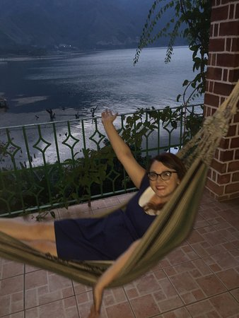 Eco Hotel Uxlabil Atitlán: Finally snagged the hammock for a picture before bed!