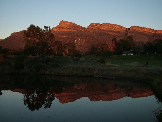 Pomonal, Australia: Sunrise at Grampians Paradise Camping & Caravan Parkland with the cliffs of Redman Bluff turned
