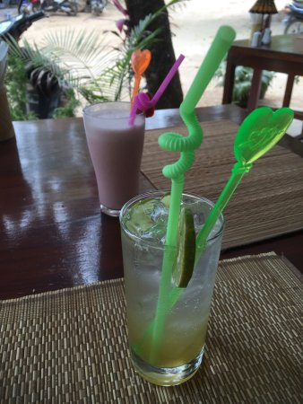Nyaung U, Burma: Passion Fruit Lemonade and Passion Fruit Smoothie at our second visit. Absolute deliciousness!!!