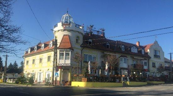 Fonyod, Ungern: A teljes hotel utcafrontról.