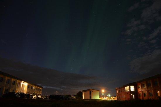 """Keflavik, Iceland: A sinistra l'edifico """"B"""" Bianco dell'hotel, a destra l'edificio """"A"""" rosso."""