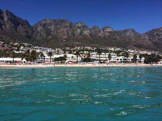 Cape Town, Sudáfrica: Camps bay beach from the water