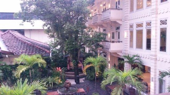 The Phoenix Hotel Yogyakarta - MGallery Collection: Aussicht von unserem Balkon auf den Innenhof