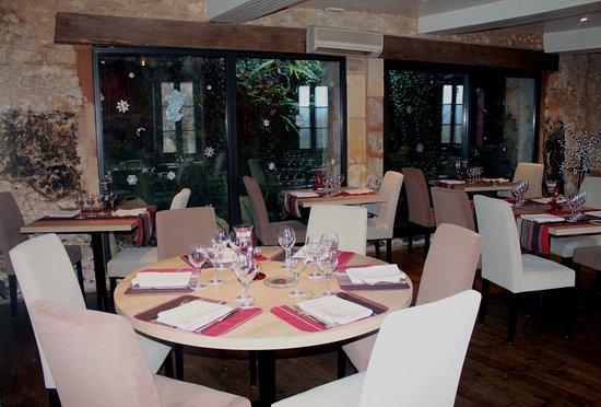Sourzac, Francja: Une salle récemment renovée donne sur la paroi rocheuse grâce à de grandes baies vitrées