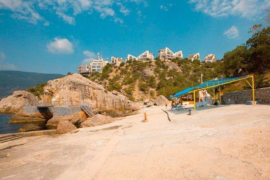 Izumrud Hotel: Пляж пансионата Изумруд состоит из трёх карт (детский – мелкогалечный и два – каменных)