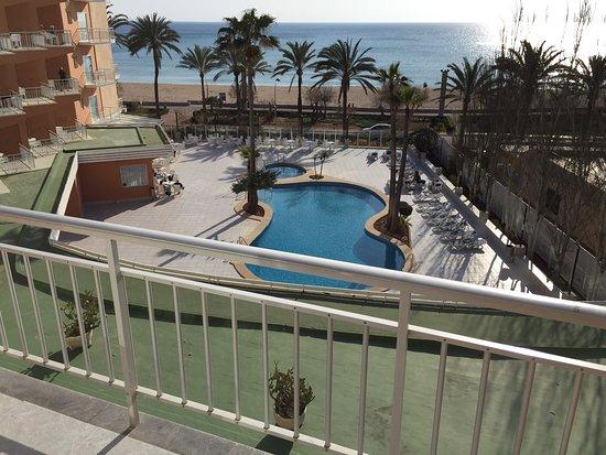 HSM Golden Playa: Blick vom Balkon auf Außenpool und Mittelmeer