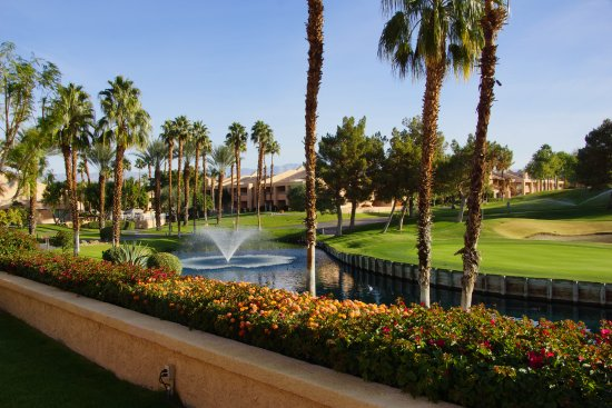 Rancho Mirage, CA: Beautifully maintained grounds...