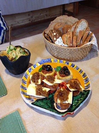 Camporgiano, Italy: Crostini con cipolle caramellate ed olive