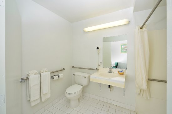 Americas Best Value Inn: Accessible Bathroom