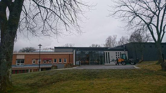 Molnlycke, Sverige: Framsidan av ingången till råda kök & kafe