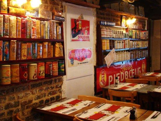 RESTOBIERES: Intérieur du restaurant avec collection de paquet de chicorée et de boîtes de café.