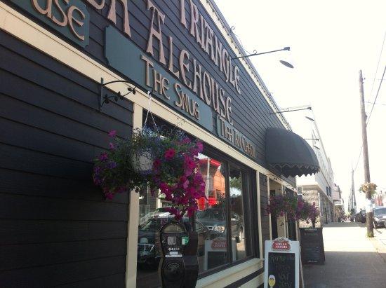 The Old Triangle Irish Alehouse : Front of Pub