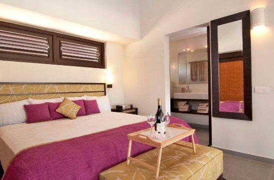 Blue Bay Curaçao Golf & Beach Resort: Garden Bungalow Master Bedroom