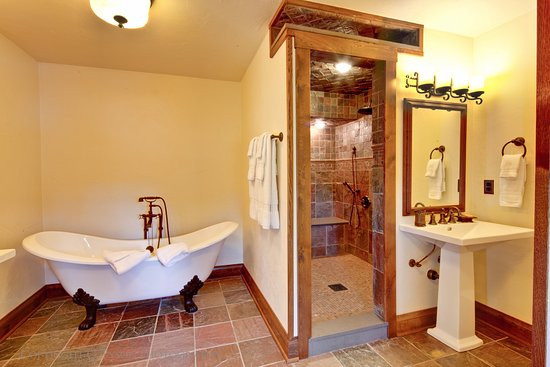 Rockton, IL: Two Beautiful Sinks, Large Walk In Shower and a claw soaking tub... made for royalty
