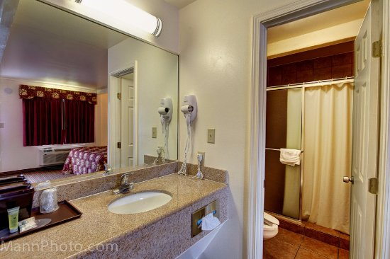 Whispering Palms Inn: Hair dryer, shower, well lit vanity