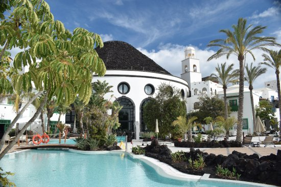 Hotel THe Volcan Lanzarote: This shows the two heated pools and the reception entrance