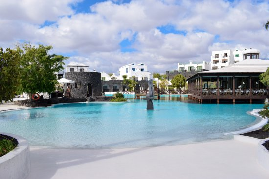 Hotel THe Volcan Lanzarote: This shows the unheated pool as well as the restaurant